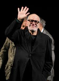 Larry_Kramer_waving